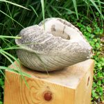 Bassin sculpté en grès et objets trouvés signée Marlie Kentish Barnes