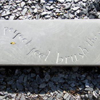 Plaque d'ardoise gravée signée Marlie Kentish Barnes