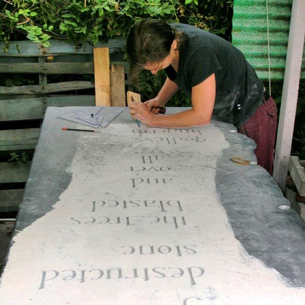 Parcours : stèle en ardoise pour commémorer le désastre minier Mt Kembla Colliery, Australie. Gravure sur ardoise avec typographie originale créée par Marlie Kentish Barnes pour ce projet publique.