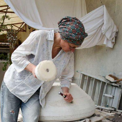 Travail de taille de pierre en cours à l'atelier de Rabastens.