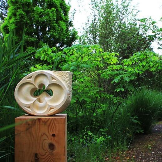 Sculpture sur pierre de Marlie Kentish Barnes à l'exposition dans les jardins des martels à Giroussens, proche de Toulouse
