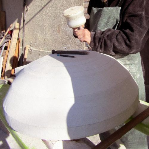 Fontaine en cours de création à l'atelier taille de pierre sculpture sur pierre de Marlie Kentish Barnes à Rabstens proche Toulouse et Albi