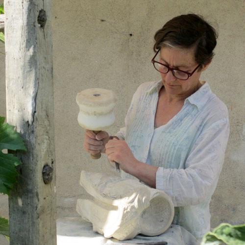 sculpture en cours de création à l'atelier taille de pierre sculpture sur pierre de Marlie Kentish Barnes à Rabstens proche Toulouse et Albi