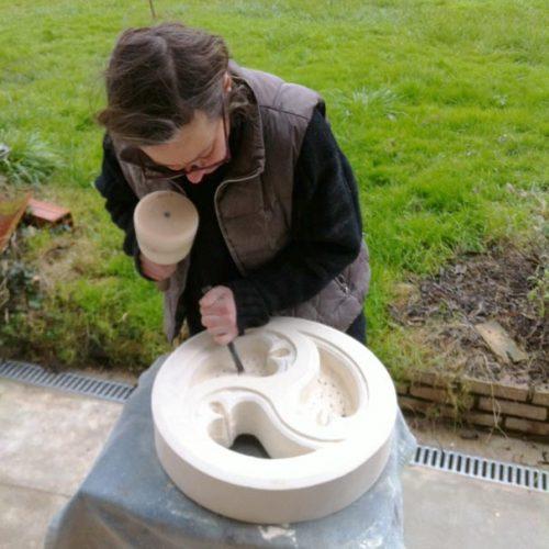 sculpture en cours à l'atelier de taille de pierre sculpture sur pierre de Marlie Kentish Barnes à Rabastens proche Toulouse et Albi