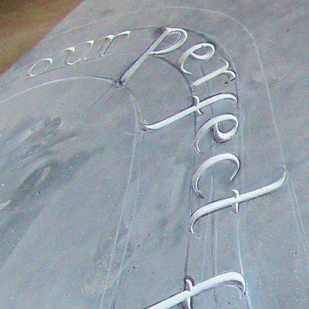 Création en cours de gravure sur plaque d'ardoise, Marlie Kentish Barnes, produit fini disponible dans la boutique en ligne.