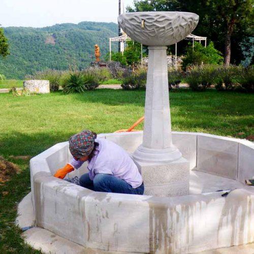installation de fontaine en pierre taillée proche toulouse, issue de l'atelier sculpture sur pierre taille de pierre de Marlie Kentish Barnes à Rabastens