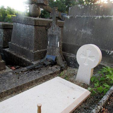 Dalle funéraire en calcaire inscription en cours in situ